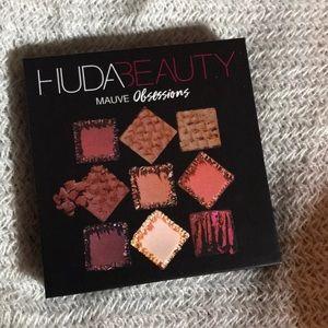 NWT huda beauty